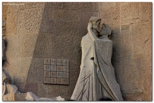 Weekly Photo – Kissing Couple on la Sagrada Familia